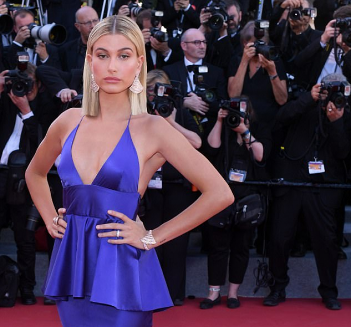 "Hailey Baldwin me fustanin ""deep purple"""