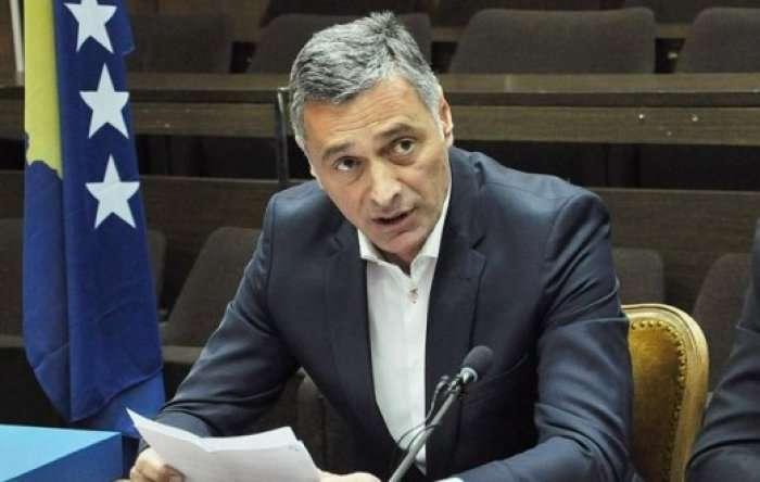 Lumezi thotë se për rastin e gylenistëve është njoftuar nga ambasada amerikane