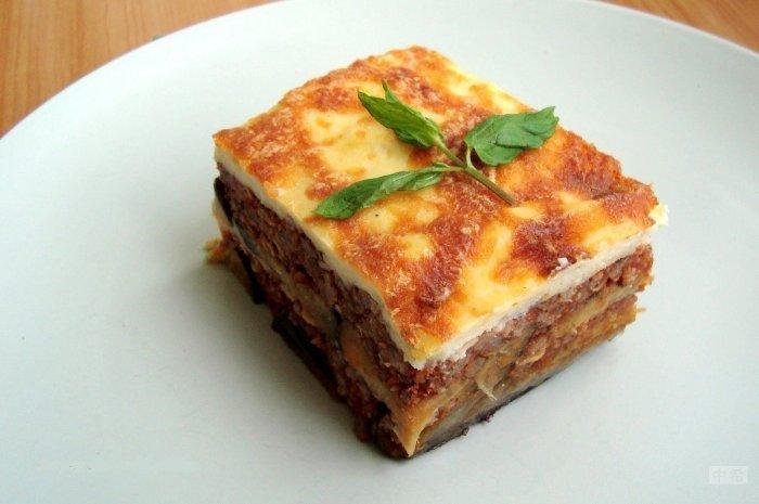 Reçeta e Cekës: Musaka me patate dhe salcë beshamell